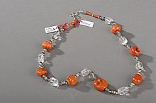 Collier recomposé selon la tradition de perles de corail, cristal de roche et métal argenté. Tibet.