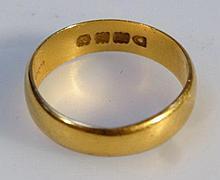 A 22ct gold wedding band, 3.1g.