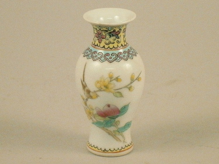 A small 20thC Chinese Republic style porcelain