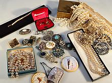 Various costume jewellery, to include faux pearl necklaces, a quantity of 1930's and later brooches,