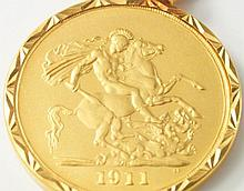 A George V 1911 £5 coin, in 22ct gold mount, total weight 48.5g.