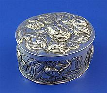 A late 17th century Augsberg repousse silver oval box and cover, 4.5 oz.
