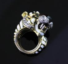 A 1980's? Kutchinsky 18ct gold and enamel, emerald and diamond set tiger's head ring, size D(-)