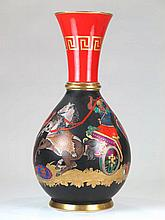 Jarrón de porcelana francesa esmaltada y dorada con escena de gusto griego,