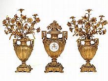 Guarnición francesa de candelabros y reloj en forma de jarrones con ramas f