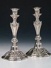 Pareja de candeleros de plata con decoración de rocalla. Con contrapeso