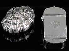 Caja de plata en forma de venera y pitillera de plata. Faltas 297,4 g