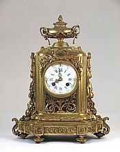 Reloj de mesa de bronce dorado Napoleón II con remate de copa. Con péndulo