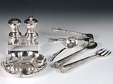 Lote de salero, pimentero de plata y pequeño platillo de metal plateado