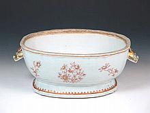 Sopera de porcelana china de Compañía de Indias, con decoración roja y dora