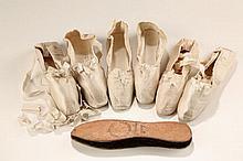 *3 paires de chaussures en soie écrue et 1 paire de semelles imperméables, début XIXe s.*, en cuir et crin feutré par M. Burette, rue de l'Echelle 9, Paris, 1810, les chaussures marquées à la main 'gauche' et 'droite' et 'Mde Hauteville' (sauf