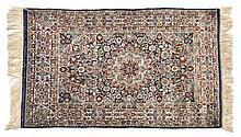 Petit tapis chinois   fin XXe s.   à médaillon ...