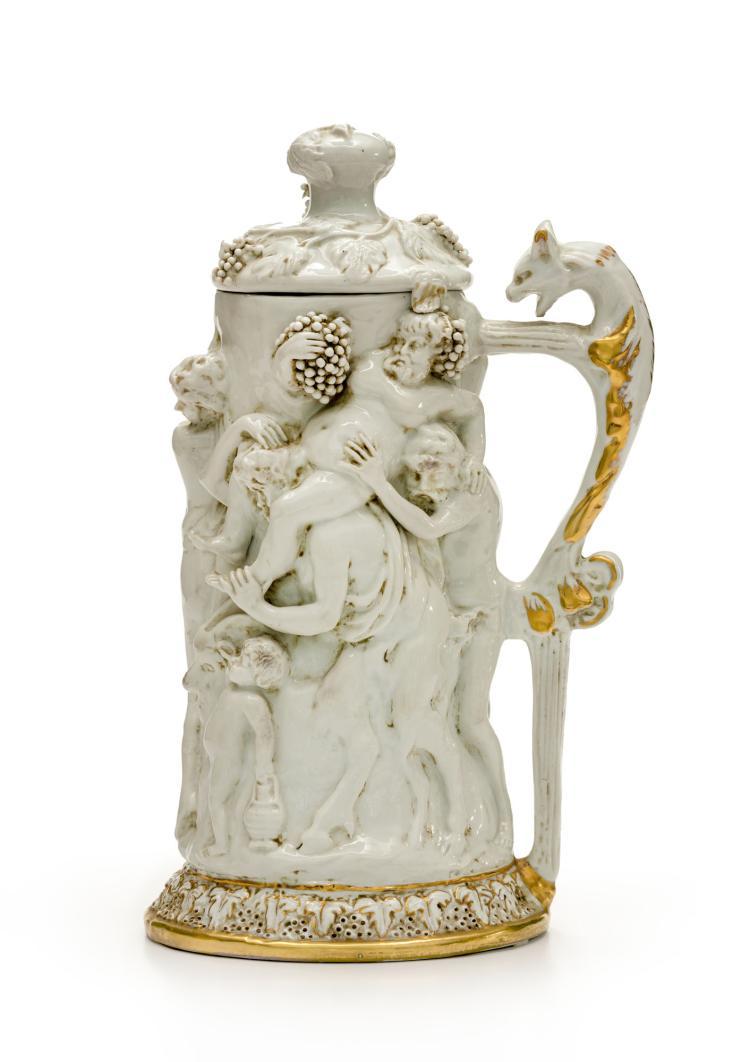Chope couverte en porcelaine blanche de Capodimonte , XIXe s, décor en léger relief de scènes mythologiques