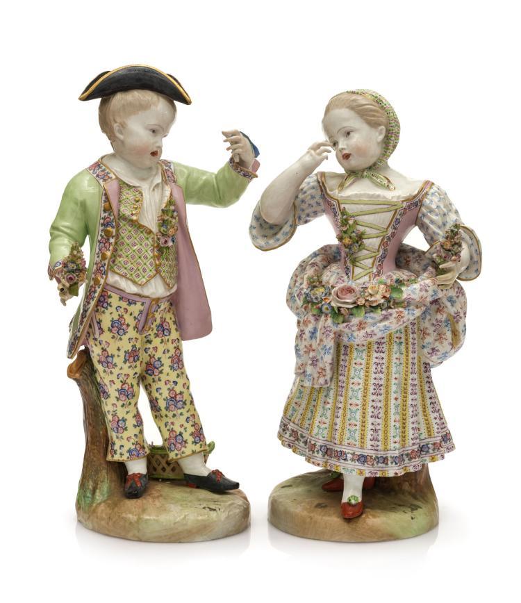 Paire de statuettes en porcelaine de Meissen, XIXe, représentant un couple en vêtement du XVIIIe, tenant des fleurs, h. 46 cm (restauration)