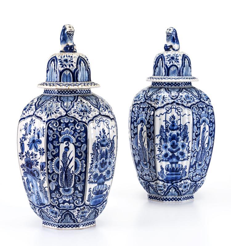 Paire de potiches en faïence dans le goût de Delft, décor camaïeu bleu, h. 52 cm