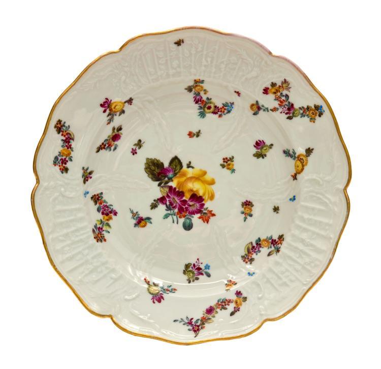 Suite de 6 assiettes en porcelaine de Herend, début XXe. A décor de bouquet et guirlandes de fleurs polychromes, la bordure à filet doré, diam. 26 cm