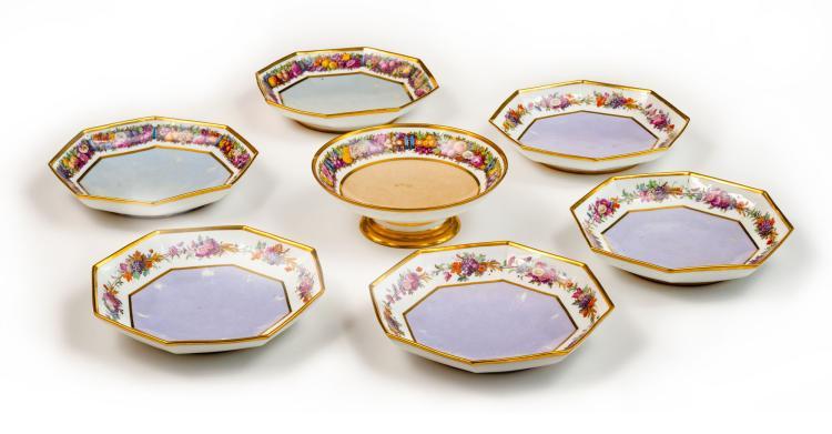 Suite de 6 assiettes creuses octogonales et 1 présentoir décor fleurs et bordure or