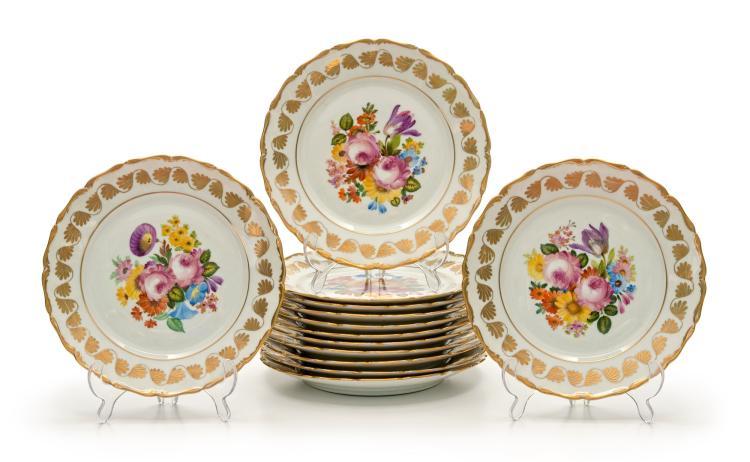 Suite de 12 assiettes à dîner en porcelaine de Vienne , 1830-40. Décor de fleurs émaillées polychromes et la bordure et marli or, diam. 23,5 cm