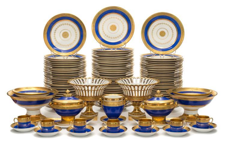 Service à dîner en porcelaine de Paris, XIXe. Décor néoclassique bleu cobalt et or, comprenant 99 pièces