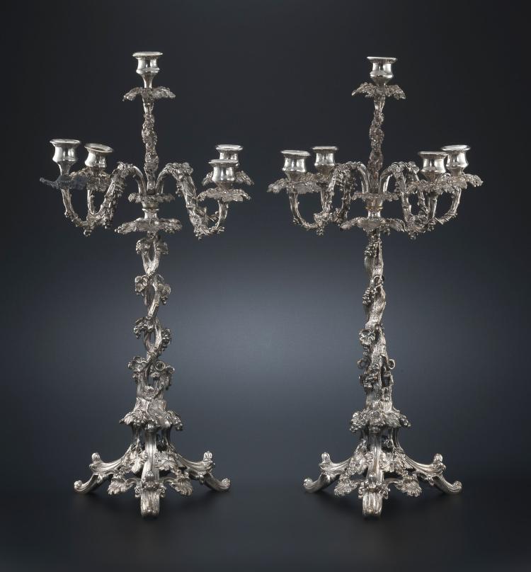 Paires de candélabres à 4 bras de lumière de style Louis XV, en bronze argenté, h. 61 cm
