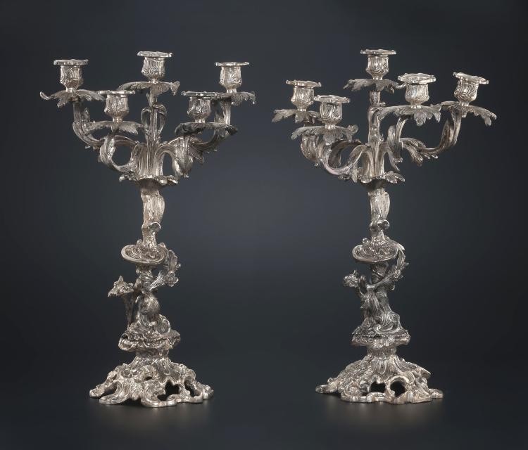 Paire de candélabres à 5 bras de lumière en métal argenté. A décor Rocaille de fleurs et végétation, h. 45,5 cm