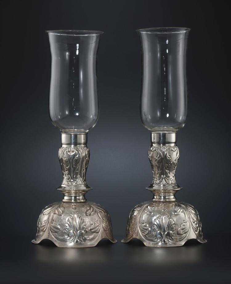 2 paires de photophores en métal argenté. Décor en repoussé de palmettes et feuillage, tulipes en verre, h. 49,5 cm