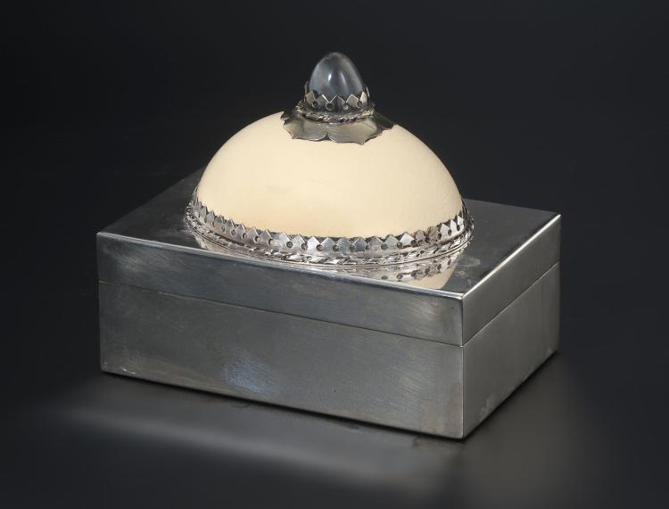 Coffret à cigares rectangulaire en métal argenté, par Anthony Redmile, London, XXe. couvercle avec demi oeuf d'autruche et agate, 16x20x13 cm