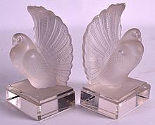 A PAIR OF FRENCH LALIQUE STYLE FROSTED GLASS BOOKENDS modelled as birds. 6.75ins high.
