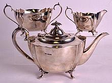 AN EDWARDIAN THREE PIECE SILVER TEASET comprising of teapot, cream jug and sugar basin. Sheffield 1901. 33.5oz.