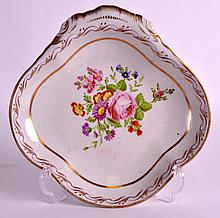AN EARLY 19TH CENTURY CHAMBERLAINS WORCESTER SHELL SHAPED DISH painted with