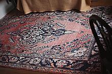 Tapis. Laine à décor d'un important motif central. Dim: 300 x 203 cm.