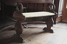 Banquette de piano. Accotoirs têtes de cygne.     100/150 €