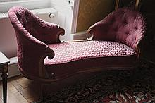 Banquette dite «Causeuse». Tissu soyeux capitonné. Epoque XIXème.  l: 173 cm.