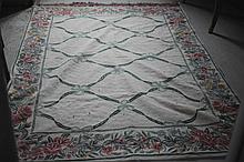 Tapis à décor de motifs géométriques et de nœuds. Dim: 245 x 175 cm.