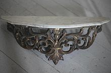Console murale. Bronze doré. Dessus de marbre blanc. H: 19 cm – l: 58 cm – L: 22 cm.