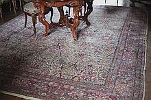 Tapis à riche décor floral. Laine. Dim: 390 x 275 cm.