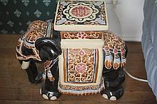 Paire de «bouts de canapé» figurant des éléphants. Céramique. Moderne. H: 43 cm.