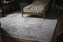 Important tapis. Dim: 400 x 280 cm.