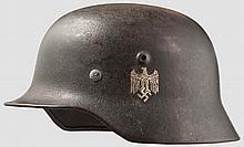 Stahlhelm M 40 mit einem Emblem des Heeres