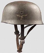 Stahlhelm M 38 für Fallschirmschützen mit einem Emblem der Luftwaffe