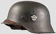 Stahlhelm M 42 mit beiden Abzeichen