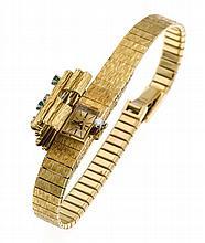 Omega Damenarmbanduhr GG 585/000 Handaufzug, muss überholt werden, B. 13 mm, goldenes Zifferblatt, Klappdeckel mit 3 rund fac. Smaragden und 3 Brillanten, zus. 0,10 ct W/SI, Kastenschließe, L. 19,5 cm, 42,9 g