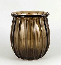 Art déco Vase, Frankreich, um 1930, Daum Nancy, runder Stand, leicht bauchiger Korpus, leicht ausgestellte Mündung, gerippte Wandung, braunes Glas, im Standboden sign., H. 18 cm