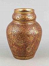 Jugendstil Vase, Porceleyne de Fles, Delft, Holland, um 1930, Steingut, umlaufender Dekor in Eisenrot und Gold, Entwurf W.D.Oosterloo, u. mon., H. 17 cm