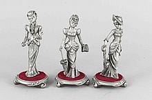 Konvolut von 3 modernen Zinnfiguren, galante Damen auf stoffbezogenen Plinthen, darunter Etiketten der 'Agathe Collection', H. 15,5 cm