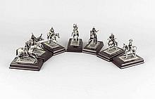 Konvolut von 7 modernen Zinnfiguren aus der Reihe der 'Grossen Feldherren', silber- und goldfarben staffierter Reiterfiguren auf Kunststoffplinthen mit Etiketten darunter, Wallenstein, Napoleon, Hannibal etc., bis H. 10,5 cm