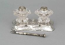 Tintenzeug, um 1900, Silber geprüft, passig geschweifte Form, gefüllter Stand, Wandung mit floralem Gravurdekor, 2 Glastintenfässer (best.), L. 17 cm, dazu Federhalter, Silber geprüft, L. 13 cm