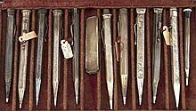Konvolut von elf Drehbleistiften, 1. H. 20. Jh., plated, Wandung mit graviertem Dekor bzw. Hammerschlagdekor, L. 9,5 - 12 cm, dazu 1 Taschenmesser, L. 7 cm