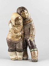 Eskimogruppe, Lladro, Spanien, 20. Jh., zwei Kinder in Umarmung, polychrom glasiert in bräunlichen Tönen, Gesichter in Bisquit, H. 39 cm