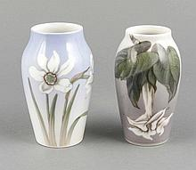 Zwei Jugendstil-Vasen, Royal Copenhagen, Dänemark, vor 1923, Modellnr. 88, polychrom bemalt in Unterglasurfarben, Blumenzweige, H. 14 cm